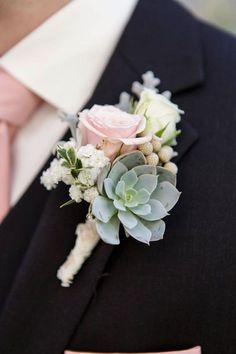 Una boda vintage en verde y rosa merece un boutonniere con rosas y suculentas Fotografia Heart Box Weddings.