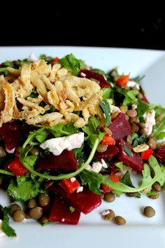Hearty lentil beet salad with feta cheese and crispy onions Healthy Pastas, Healthy Appetizers, Healthy Soup, Healthy Chicken, Healthy Baking, Easy Healthy Recipes, Healthy Snacks, Vegetarian Recipes, Beet Salad With Feta