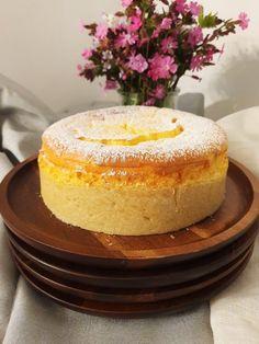 .. zart wie ein kleines Wölkchen zergeht diese Torte auf der Zunge. ♥  Cheesecakes sind weltweit bekannt und beliebt. Wie könnten sie auch nicht? Ich liebe die Kombination aus Butterkeks und cremig, luftiger Topfenmasse. Vanilla Cake, Desserts, Food, Biscuits, Pies, Cake Ideas, Dessert Ideas, Cookie Butter, Tailgate Desserts