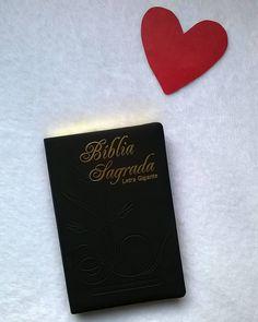 """Boa tarde amorzinhos! #DesafioFãDeLivros2 5 Livro que você não troca por nada Bíblia Já falei diversas vezes aqui sou cristã evangélica. Nada nem ninguém é mais importante na minha vida do que Deus! Se não fosse por Ele eu não estaria viva! Não sou digna nem mesmo de respirar. E eu O amo tanto por ser tão incrível comigo mesmo nos dias em que eu não quero falar com Ele. Mesmo eu sendo pecadora imerecedora Ele me ama! Eu sei que """"todo mundo"""" fala isso mas cara Jesus não morreu só por mim ou…"""