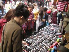 cận cảnh chợ đồng hồ ở đồng xuân