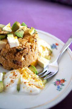 Couscous-Salat mit Feta, Avocado, Zucchini & Aubergine