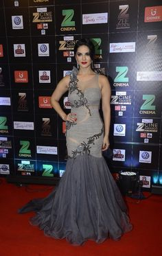 Sunny Leone Showcasing Her Sexy Curves At The Zee Cine Awards 2017 Red Carpet. Beautiful Bollywood Actress, Most Beautiful Indian Actress, Indian Bollywood, Bollywood Fashion, Hot Actresses, Indian Actresses, Award Show Dresses, Indian Designer Outfits, Designer Gowns