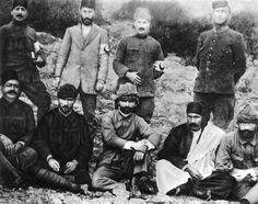"""#MustafaKemal ve #Enverpaşa #Derne'de, Hilâl-i Ahmer (Kızılay) heyeti ile birlikte… Mustafa Kemal'in sağında Dr. İbrahim Tali Bey (Öngören) görülüyor. Oturanlardan en sağ baştaki kişi ise Nuri Bey (Conker), 1912. İlber Ortaylı'nın """"Gazi Mustafa Kemal Atatürk"""" kitabından"""