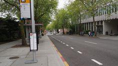 そしてバスを待つ。バスがなかなか来ない。バスの中では両替できないのを知らずに乗り込んで、運転手さんを困らせる。
