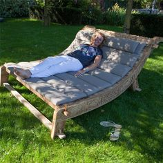 Heerlijk comfortabel samen loungen op het Exotan Pinsi loungebed. Dit ligbed is vervaardigd uit handgesneden teak hout en voorzien van prachtige details, een sieraad voor je tuin! Het comfortabele kussen maakt het loungebed helemaal compleet.