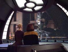 Mit Hilfe eines uralten Kommunikationsnetzwerks wird der Doktor in den Alpha-Quadranten geschickt, wo er dem Sternenflottenhauptquartier Bericht erstatten soll, dass die Voyager nicht verloren sei, sondern im Delta-Quadranten verschollen und dass sich die Crew auf der Heimreise befindet. B'Elanna äußert ihren Unmut über Seven of Nines ruppigen Umgang gegenüber ihrem Vorgesetzten Commander Chakotay, der ihr dazu rät etwas nachsichtiger zu sein, als Seven den Commander und den Captain in das…