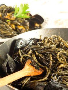 Gli Spaghetti al nero di seppia sono una ricetta davvero appetitosa e profumata, che porta in tavola tutte le fragranze del mare! Irrinunciabile!
