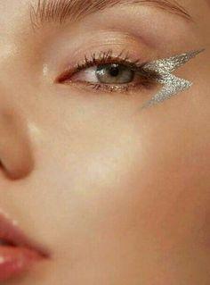 8 Easy Minimal Eye Makeup Looks That Will Turn Heads - UK - - Looking to spice up your makeup routine and turn heads? Check out these super easy minimal eye makeup looks that will certainly impress! Silver Eye Makeup, Eye Makeup Art, Eye Makeup Remover, Hair Makeup, Eyebrow Makeup, Easy Eye Makeup, Metallic Makeup, Makeup Eyeshadow, Eyelashes Makeup