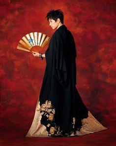 ハッと目を引く表紙は、「光琳本金留袖・貝桶模様」。付録のポスターも圧巻です。Gackt-Shellfish Barrel Pattern Tomosode (formal kimono)
