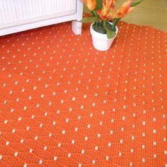 ¡Que vivan los puntos! Aquí tienes todos los que quieres en una fina y colorida alfombra de algodón 100% para todo uso, fácilmente lavable.