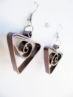 """Boucles d'oreilles série """"3D"""" Triangle marron en aluminium : Boucles d'oreille par kiarou"""