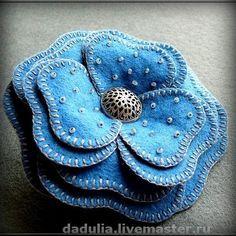 Брошка Синий цветок. Стильная брошка выполнена из фетра, украшена бисером и металлической пуговицей. края лепестков цветка обработаны вручную!  Идеально сочетается с джинсовой одеждой.Способна оживить любой наряд!