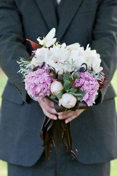 ramo de novia en blanco y morado