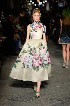 Catwalk photos and all the looks from Dolce & Gabbana - Alta Moda Autumn/Winter Couture Paris Fashion Week AKA What I would wear as a housewife plotting to kill my husband and split his money with the chauffeur Haute Couture Style, Couture Mode, Couture Fashion, Runway Fashion, Fashion Trends, Floral Fashion, Look Fashion, High Fashion, Fashion Show