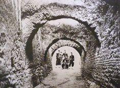Cloaca Maxima, zuavi francesi. La foto e' stata eseguita al Velabro presso l'Arco Quadrifronte, dove la Cloaca, in un tratto, era a cielo aperto Anno: 1867