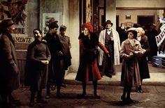 """Amarcord (1973)  Amarcord, Fellini'nin hayatın ta kendisini küçük bir kasabadaki coşkun ruhlar üzerinden anlattığı baş yapıtı. Kusturicavari bir cümbüş hâkimdir filme, herkes ayrı telden çalar. Kamera kâh yemek sofrasındadır kâh haylaz öğrencilerle dolu bir sınıfta, küçük mutluluklarla yetinebilen insanlara odaklanır yönetmen. Faşizmi görsellikle yerden yere vururken, sisteme ilişkin eleştirisini şu fıkrayla verir; """"dedem duvar örerdi, babam duvar örerdi, ben duvar örüyorum, peki evim…"""