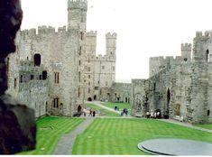 Caernarfon Castle, północno - zachodnia Walia.  http://www.castlewales.com/caernarf.html  http://pl.wikipedia.org/wiki/Zamek_w_Caernarfon