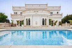 """Die exklusive Luxusvilla """"Villa Versace"""" im Süden Mallorcas bietet eine edle Ausstattung und einen unvergleichlichen Blick auf die Bucht von Palma. Hier erleben Sie unvergessliche Augenblicke! Mehr Informationen auf: http://www.portaholiday.de/mallorca/sa-torre-villa-080102.html"""