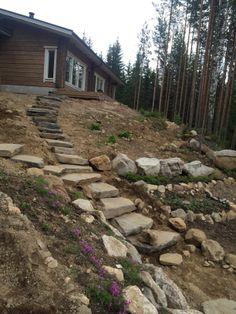 Kahteen suuntaan jakautuvat luonnonkiviportaat sopivat hyvin kallioiseen ja jyrkkään mökkirantaan.