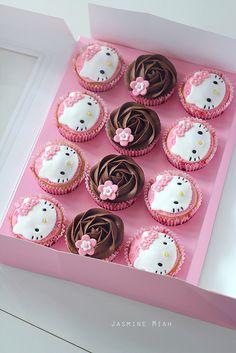 Hello Kitty Fondant, Torta Hello Kitty, Hello Kitty Cupcakes, Hello Kitty Theme Party, Hello Kitty Birthday Cake, Hello Kitty Themes, Ladybug Cupcakes, Giant Cupcakes, Cute Cupcakes