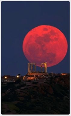 Hauntingly Gorgeous Photos of This Week's Blood Moon The Moon and the Temple of Poseidon Cape Sounio. GreeceThe Moon and the Temple of Poseidon Cape Sounio. Beautiful Moon, Beautiful World, Beautiful Places, Wonderful Places, Stars Night, Shoot The Moon, Moon Pictures, Moon Pics, Super Moon