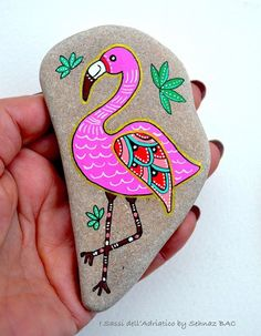 See How to Paint Gorgeous Stone Art with Artist Sehnaz Bac Hand Painted Stone Flamingo Beach stone with hand-painted designs in acrylics © Sehnaz Bac 2017 I paint and draw all of my original designs by free hand with acrylic paints, small brushes or paint Rock Painting Patterns, Rock Painting Ideas Easy, Rock Painting Designs, Painted Patterns, Pebble Painting, Pebble Art, Stone Painting, Painted Rocks Craft, Hand Painted Rocks