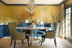 Diseño 'Sans Soucis' en colores estándar sobre seda metalizada en oro craquelado. | de Gournay