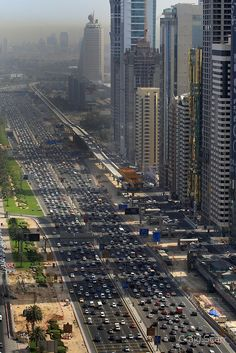 Traffic grinds to a standstill and Sheikh Zayed Road in Dubai. The development of the Metro line is aimed at alleviating the congestion on Dubai's roads. Abu Dhabi, Metro Construction, Travel Around The World, Around The Worlds, Places To Travel, Places To Visit, Naher Osten, Photo Voyage, Dubai Holidays