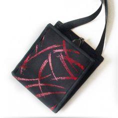 Ti Sac Rouge Brillant - Emportez le nécessaire avec vous en soirée avec ce petit sac Rouge Brillant, très glamour. Avec sa couverture de paillettes luisantes sur fond noir, vous adorerez les variations chromatiques qu'apportent le motif de ce tissu, tel un feu d'artifice aux couleurs rouges orangées. A very glamour pouch for you evenings. Discreet glittery red on black textile. #GlamourBags #EveningClutch #Pochette_Soirée Plus/More Collection Cocktail…