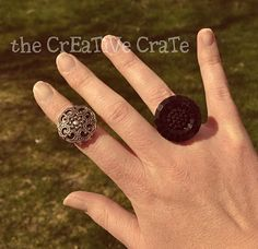 I am dying to make these!they are homemade.with BUTTONS! The Creative Crate shows you how to make them with these mater. Diy Button Rings, Diy Rings, Rings Cool, Diy Craft Projects, Diy Crafts, Craft Ideas, Diy Jewelry, Jewelry Making, Diy Buttons