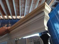 Detta är en egen specialvariant av krönlist som skall sitta monterad ovanför fönster- fodret, vilket är en vanlig utsmyckning på äldre hu...