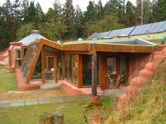 Michael Reynolds' Earthship Biotecture is a sustainable green building design that creates its own electricity, potable water, sustainable food production. Earthship Design, Earthship Biotecture, Earthship Home Plans, Natural Building, Green Building, Building A House, Casa Dos Hobbits, Earth Sheltered Homes, Cob Houses