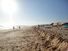 Beachhopping: Fünf Strände rund um Albufeira - von Sören Peters, Fluchtplan 23.09.2013 | Die Algarve hat bei der Verleihung der World Travel Awards den Preis für die beste Bade-Destination abgeräumt. Kein Wunder, denn an nahezu allen Stränden weht die blaue Flagge, die sauberes Wasser, Sicherheit und Sauberkeit garantiert... | The tides have since left on Praia Baixa Rochinha this escarpment. (Photo: Soren Peters)
