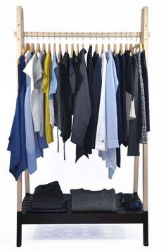 Eine minimalistische Garderobe besteht aus wenigen, aber gut kombinierbaren Einzelteilen. In meiner selbst genähten Garderobe gibt es Modelle deren Schnittmuster perfekt aufeinander abgestimmt sind. Ich habe mich in meinem Kleiderkasten für die Grundfarben schwarz und blau entschieden. Dazu kombiniere ich gelb und blitzblau. Weiße Kleidungsstücke lassen sich ausgezeichnet in jeden minimalistischen Kleiderschrank zusätzlich einbinden. Capsule Wardrobe, Wardrobe Rack, Furniture, Home Decor, Minimalist Wardrobe, Basic Colors, Decoration Home, Room Decor, Home Furnishings