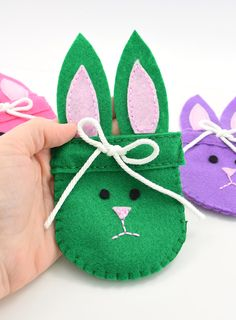 Get the free pattern to make these absolutely precious felt bunny bags. Great for Easter, spring or just because they are darn cute!