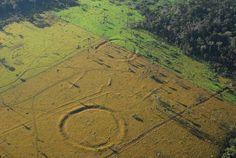 En el Amazona no solo hay una enrome riqueza botánica y animal. También hay restos de un grandísimo valor antropológico. Una muestra de ello es el hallazgo de unos misteriosos 'Stonehenge' en medio de la selva. Nada más y nada menos que 450 excavaciones circulares realizadas sobre la tierra, y que han