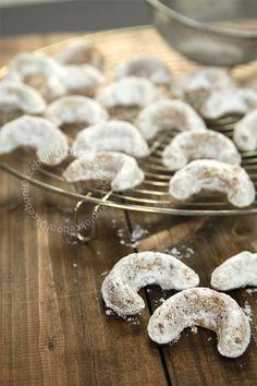 Biscuits de noel (x50) 280g de farine200g de beurre mou100g de noix fraiches80g de sucre glace1 sachet de sucre vanillé Réal.: Mélanger beurre+sucre+sucre vanillé/Mixer les noix/+ noix en poudre + farine + zeste d'orange/Mélanger>pâte homogène/Filmer>au frais 2h/Préchauffer le four à 170 °C/Séparer pâte en petites boules > cylindres de 2,5cm > petits croissants/Disposer sur une plaque de cuisson+ papier sulfurisé/Cuire 15 à 20 min/Rouler dans sucre glace+vanillé