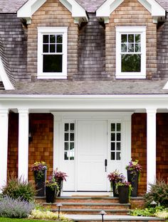 Front door and front entry design ideas. I am loving the front door and frontry entry of this classic Hamptons house. Exterior Tradicional, Traditional Exterior, Curb Appeal, Exterior Design, The Hamptons, Hamptons House, House Tours, Future House, Beautiful Homes