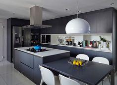 A cozinha da cobertura é moderna, com linhas retas e tons escuros. Um espaço funcional e clean para o dia a dia (Foto: Victor Affaro)