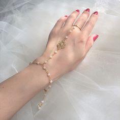 """Bijou de main mariage """"Eugénie"""" : Bracelet par les-bijoux-d-aki"""