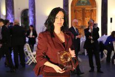Η Διευθύντρια Επικοινωνίας & Μάρκετινγκ του ΔΑΑ, Ιωάννα Παπαδοπούλου, με το βραβείο του αεροδρομίου της Αθήνας Business Travel, Tourism, Culture, Turismo, Travel, Traveling