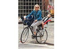 Naomi Watts macht das bike2school mit ihrem Sohn