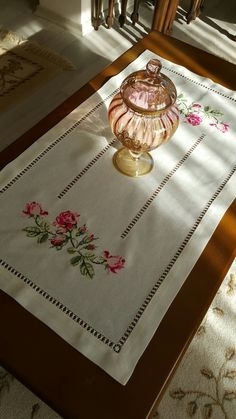This Pin was discovered by Ayş Embroidery Patterns Free, Crewel Embroidery, Ribbon Embroidery, Cross Stitch Rose, Rose Cottage, Bargello, Diy Crochet, Needlework, Diy And Crafts