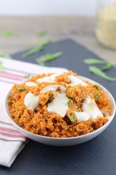 Pizza Quinoa is a healthy take on classic Italian Pizza! Unlike pizza crust, quinoa is high-protein and Click through for the recipe! Good Healthy Recipes, Healthy Snacks, Vegetarian Recipes, Healthy Eating, Cooking Recipes, Quinoa Recipes Lunch, Quinoa Meals, Dinner Recipes, Fodmap Recipes