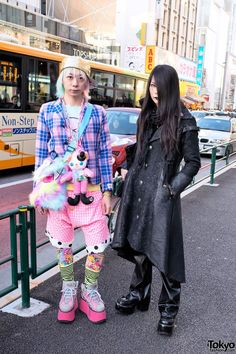 Junnyan & Kyouka in Contrasting (Kawaii vs Gothic) Harajuku Street Styles Japan Street Fashion, Tokyo Street Style, Tokyo Fashion, Harajuku Fashion, Kawaii Fashion, Lolita Fashion, India Fashion, Mode Harajuku, Harajuku Girls