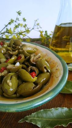 Olive schiacciate condite - ricetta siciliana Olives, Ricotta, Fruit Drinks, Polenta, Chutney, Italian Recipes, Pickles, Cucumber, Salads