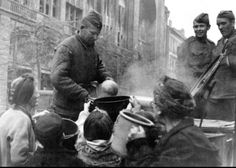 Бойцы раздают пищу жителям Берлина. Апрель 1945 г..