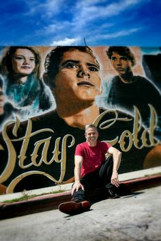 Words cannot describe how fucking beautiful this is. Thomas Howell infront of The Outsiders graffiti in Sherman Oaks, California The Outsiders Greasers, The Outsiders Cast, The Outsiders Ponyboy, The Outsiders Quotes, 90s Movies, Good Movies, Movie Tv, Ralph Macchio, Lets Do It