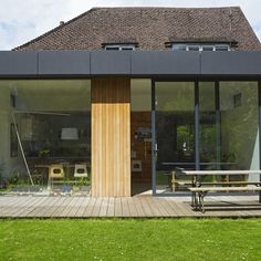 An English house bathed in light A contemporary extension of glass and wood. If we go for a deck, this cladding is a great way to unify it back into the house. Extension Veranda, House Extension Design, Roof Extension, Extension Ideas, Extension Google, Glass Extension, Larch Cladding, Roof Cladding, Exterior Cladding